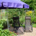 Sitzecke im Garten mit Liegestühlen in unserer Ferienwohnung in Lauterbach